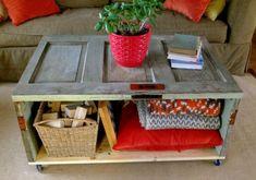 Mesa hecha con puertas de mueble