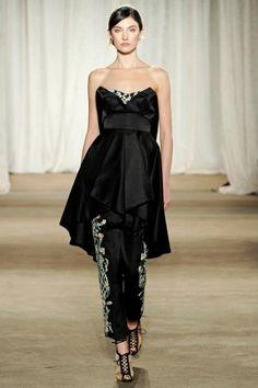 Vestido de fiesta en color negro acompañado de pantalones a juego - Foto marchesa