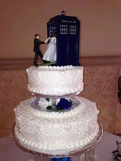 Aw that's adorable! Doctor Who wedding cake
