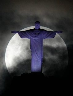 6日、ブラジル・リオデジャネイロで見られた「スーパームーン」と巨大キリスト像(ロイター)