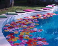 decoração de piscina com flores