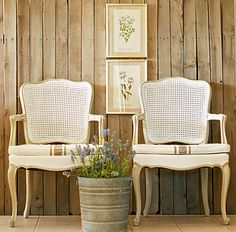 love these chairs....and the walls.....and the styling!