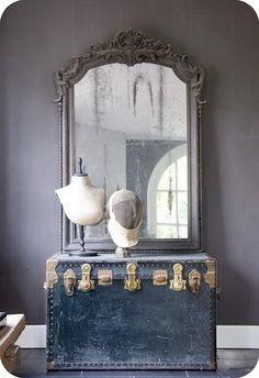Miroir et malle pour décoration rétro.