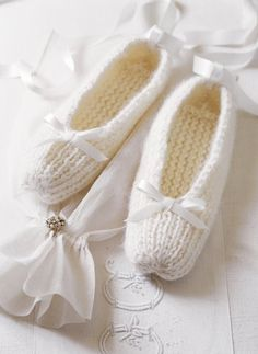 Des chaussons tricotés en mohair, blanc, tricot, laine, cocooning / Slippers knit in mohair, white, knitting