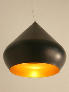 Lámpara de aluminio réplica de la lámpara Stout Beat Light de Tom Dixon. Por fuera pintada en negro y por dentro con escamas color dorado. Su forma está inspirada en las originales ollas de cocinar del norte de la India. Una iluminación ambiental y agradable con una forma original y amable que aporta elegancia y calidez. Puede formar un bonito conjunto con la lámpara de tamaño más pequeño. $178,25 €