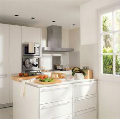 Una buena manera de optimizar el espacio es incorporando armarios en tu cocina que sean muy altos y permitan el máximo almacenamiento posibl...
