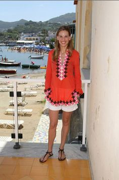 Hilary Swank wearing a Tory Burch tunic in Ischia, Italy, 2007, by Venturelli/WireImage