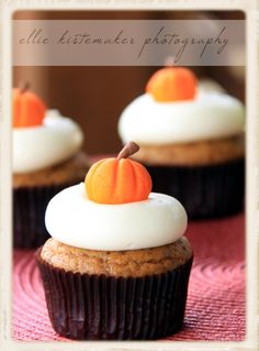 Pumpkin Cupakes with Cream Cheese Icing & Pumpkin Garnish DIY