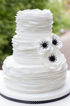 Hochzeitstorte von www.suess-und-salzig.de  weiß schwarz anemone