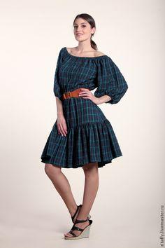 Платье с открытыми плечами и воланом на