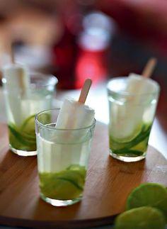 Caipirinha de limão com água de coco e picolé