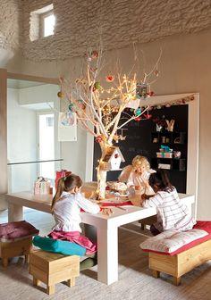 Decoración sostenible Tablones de palés se transforman en un árbol, una minicuna o unos taburetes. Mesa con árbol y maceta de Zinc, bancos de madera y pizarra. Todo en Bona Nit.