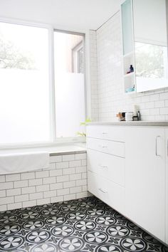 apartment+therapy+bathroom+subway+tile+black+grout+dark+grout+lines+floral+mosaic+tiles+mosaic+house+cococozy.jpg 540×810 pixels