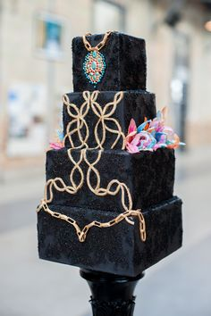 In love with the white cakery company's creations. Almost too pretty to eat #thewhitecakerycompany #prettycakes #creativedesign #geniusbaker #moderncakes #glitterandglam