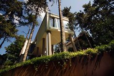 From a dream i had when I was a teen, that I'd wake up to an square infinity edged view of a forest from a stilted bedroom.  This is the closest realisation on my vivid dream yet. 3/3  munkacsoport.net: summer house on pillars