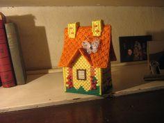 Casita que es  una caja, hecha en plastic canvas y lanas...