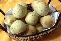 Receita de Pão de Queijo SEM QUEIJO!  Pode usar qq tipo de batata (aipim, doce, inhame)  cozida sem casca e amassada, sem água!  Forno pre aquecido 180 por cerca de 30 a 40 min!
