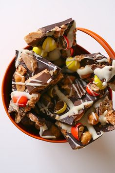 Wonderfully fun, super yummy Halloween Candy Bark. #food #Halloween #candybark #chocolate #desserts #candy #autumn #fall