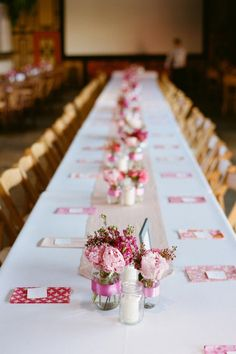 love the mason jars and table runners! - different color
