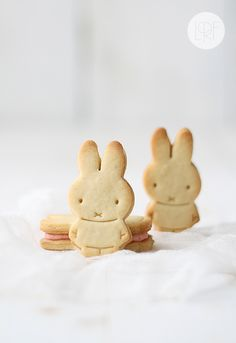 Mini strawberry petite beurre bunny cookies from La Receta de la Felicidad.