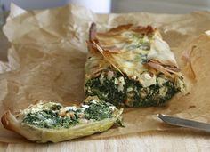 Een filodeegcake gevuld met spinazie, feta en cashewnoten. Hier blijf je plakjes van willen snijden!