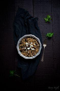 Farro mit Cremini Pilze, Walnüsse und Feta ist ein befriedigendes vegetarisches Mittagessen oder Beilage.