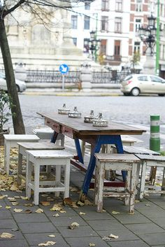What a cool outdoor table and stools