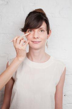Corretivos coloridos são ótimos aliados para quem tem dificuldade em disfarçar olheiras. Vanessa Rozan ensina a maneira correta de usar. No site da Tpm, vai lá