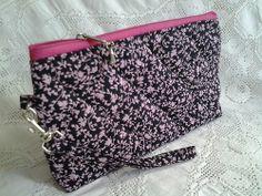 362 - bolsinha de mão-fundo preto com florzinhas rosa,medindo 21cm X 12cm