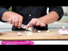 ▶ Jamie Oliver talks you through preparing garlic - YouTube