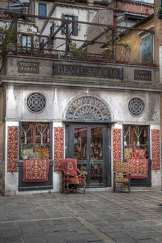 Bevilacqua in Venice has kept the weaving tradition alive in Venice since 1875, using 18th-century hand looms for its most precious creations. shop