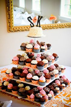 How adorable is this wedding cupcake display?! #weddingcake #weddingideas {Heather Lynn Photographie}