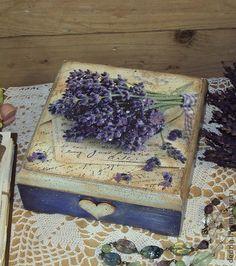Короб `Лавандовые письма`. Коробка-шкатулка в винтажном стиле с изображением любимой лаванды.  Удобно использовать  для хранения конфет, пакетированного чая, кофе, сушеных трав, орехов.    Короб может послужить просто шкатулкой для милых сердцу мелочей.
