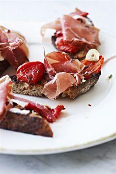 Forretter der imponerer - Tørrede tomater på grillet brød med friskost og skinke