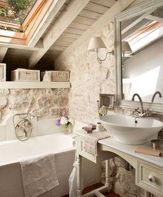 Pequeño y encantador * Small and Charming   El blanco que recubre paredes y maderas es un tono que potencia el espacio y la luz de este pequeño baño. Sobre un tocador reciclado, lavamanos, de Roca, y griferías, de Gunni & Trentino. Espejo, de Borgia Conti.  #Cantabria #Spain  http://www.elmueble.com/articulo/casas/3831/antes_una_cuadra_hoy_una_vivienda_familiar_cantabria.html#gallery-2