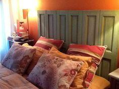 Respaldo de cama a partir de unos postigones de madera antiguos | Decorar tu casa es facilisimo.com deco hogar, respaldo cama
