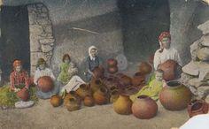 Imagen antigua de mujeres decorando vasijas de barro