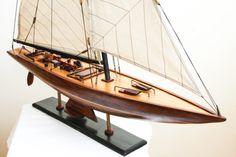Drewniane modele jachtów, modele sławnych żaglowców z drewna, podstawowy element morskiego wystroju wnętrz, marynistyczne dekoracje, nautyczne symbole, prezent dla Żeglarzy i Ludzi i Morza, drewniany model na biurku lub komodzie niewątpliwie znamionuje człowieka zakochanego w morskich opowieściach, historii Wielkich Kapitanów i sławnych Żaglowców, historii mórz i oceanów, żeglarskie upominki, morski styl  Sklep.marynistyka.org