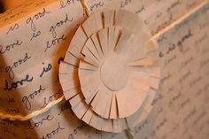 Clever contrast of textures using kraft paper.