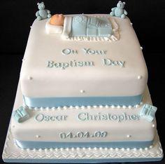 Torta en 2 pisos cuadrada, cubierta en pastillaje con motivos en 3D y leyenda con nombre y fecha