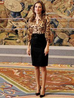 Fiel a las tendencias, la princesa Letizia se apunta a las camisas de animal print y la combina con falda lápiz negra y salones del mismo color.