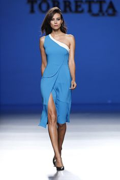 Vestido asimétrico de la colección primavera/verano 2014 de Roberto Torretta en Madrid Fashion Week