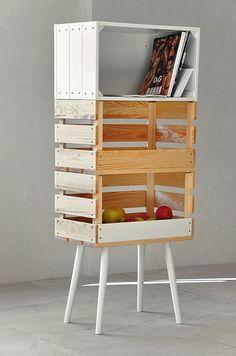 Móveis com caixas de madeira.