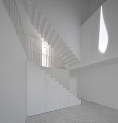 House in Alcobaca by Aires Mateus alcobaça, architectur photographi, houses, air mateus, mateus associado, white, beauti stair, fgsg architectur, staircas