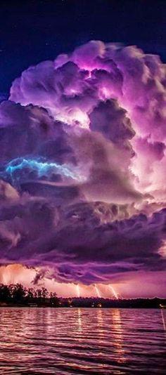 Spectacular lightning storm at Lewis Smith Lake near Jasper, Alabama, USA | Countries Spot