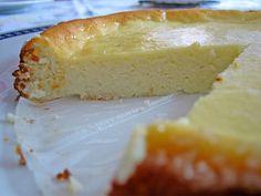 torta+di+ricotta+:+variante+con+yogurt+greco+senza+base+di+biscotti;+con+bordi+zuccherati