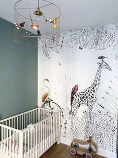 Alexandra.V. a choisi notre décor panoramique sur mesure Metrozoo pour décorer la chambre de son bébé, qu'elle a associé à une jolie peinture verte. 🇬🇧Alexandra V. has chosen our tailor-made wall mural Metrozoo and its giraffe for her baby's room. #papi