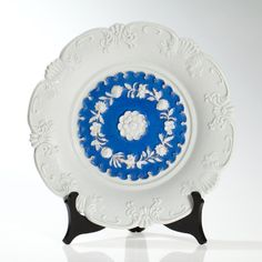 This blue painted and white glazed relief plate (first choice) of the traditional Meissen porcelain manufactory was produced around 1840.