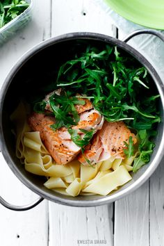 Pasta with smoked salmon, capers and arugula