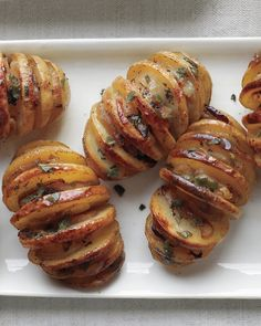 These Shallot-Sage Accordion Potatoes are impressive and easy #Thanksgiving